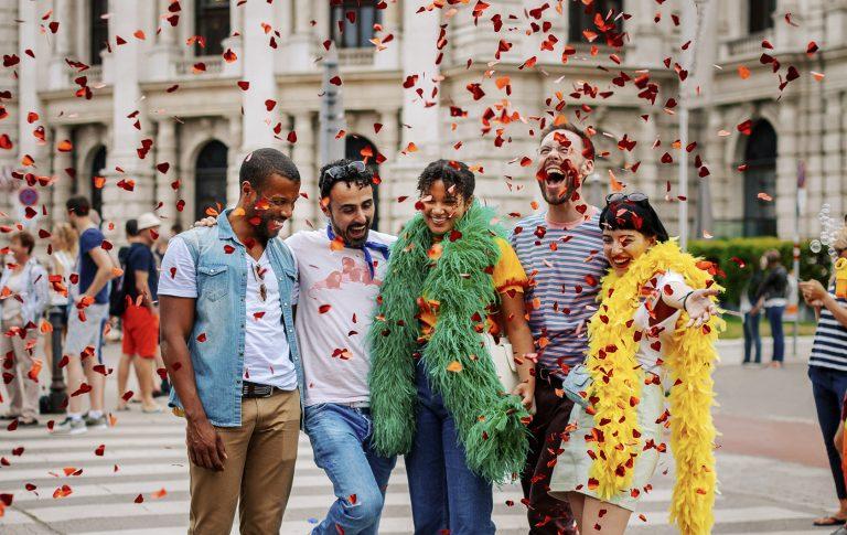 © WienTourismus Paul Bauer Bildtext Schwule und lesbische Freunde auf der Regenbogenparade 50546