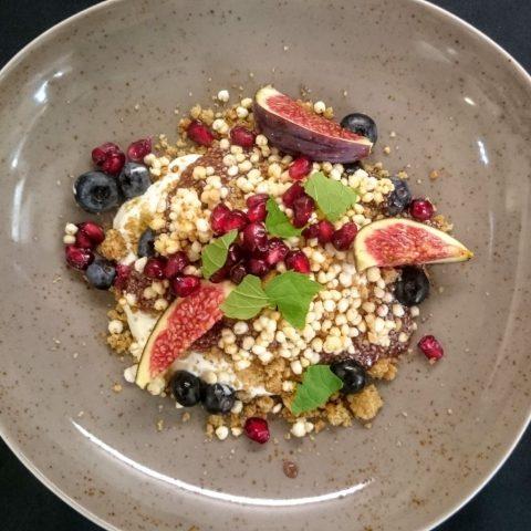 Hotel Sans Souci Frühstück-Superfood Granola mit Granatäpfel und Chiasamen