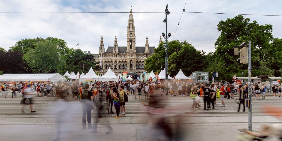 © WienTourismus Paul Bauer Bildtext Regenbogenparade auf dem Rathausplatz mit Blick auf das Rathaus 50530