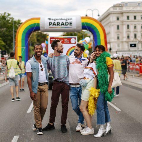 © WienTourismus Paul Bauer Bildtext Schwule und lesbische Freunde auf der Regenbogenparade 50549