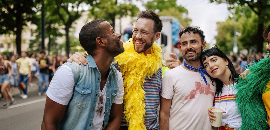 © WienTourismus Paul Bauer Bildtext Schwule und lesbische Freunde auf der Regenbogenparade 50562